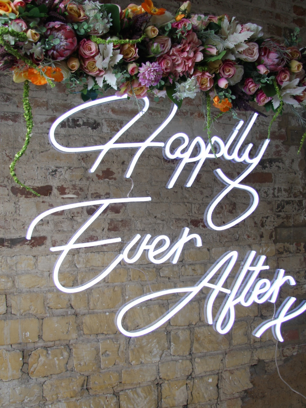 Neon sign with bright summer garland